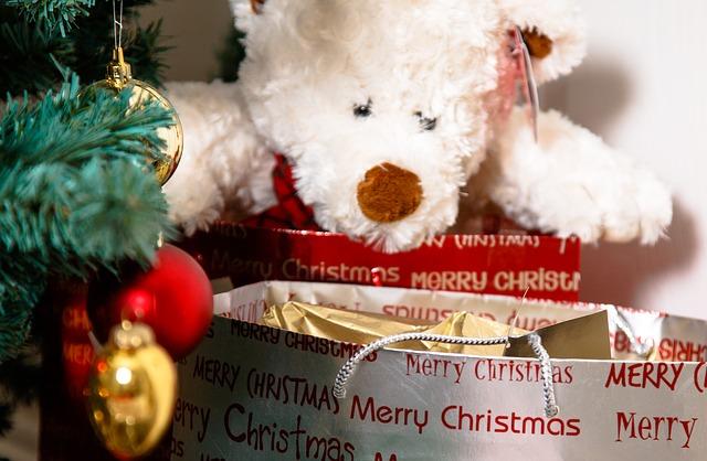 Ideas para decorar con regalos en Navidad