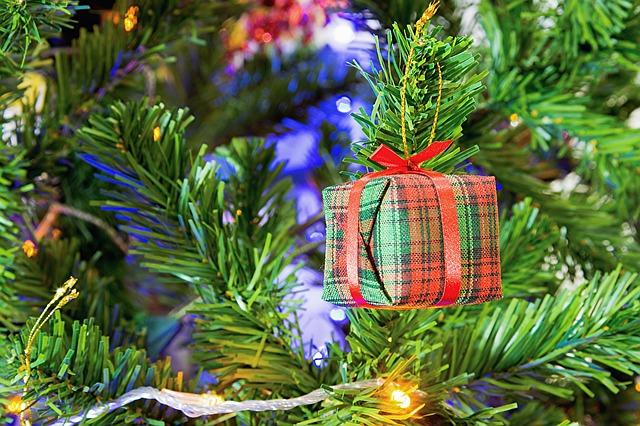 Decorar tu árbol de navidad con regalos