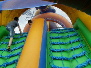 Dinámicas divertidas con el alquiler de hinchables Wipeout